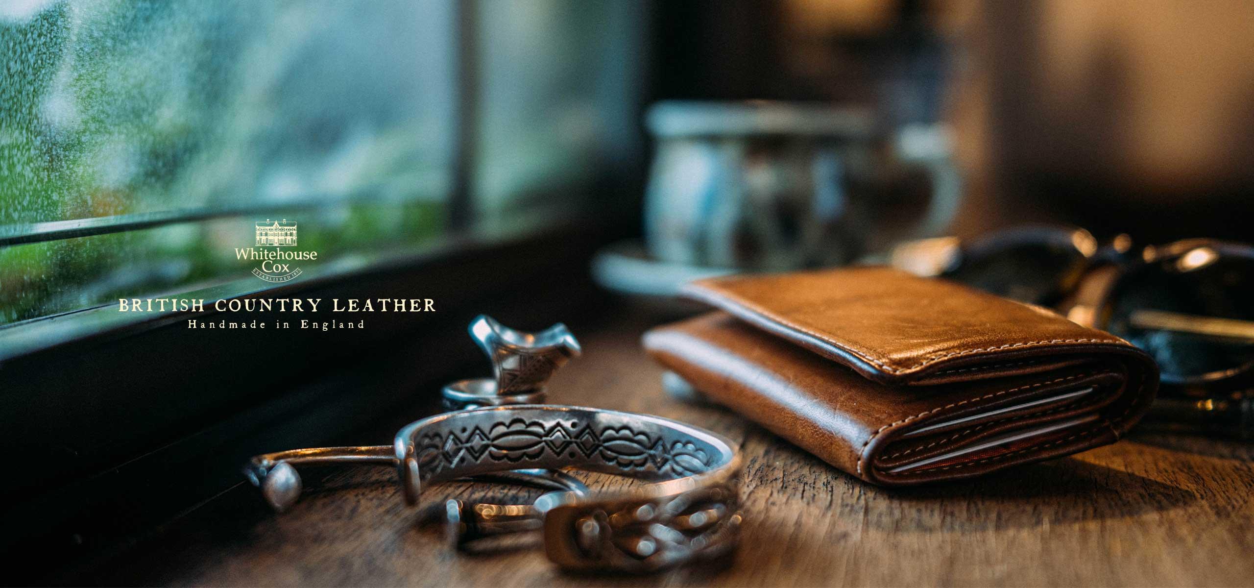 手のひらに収まるコインレスの「ミニ三つ折り財布」が登場。
